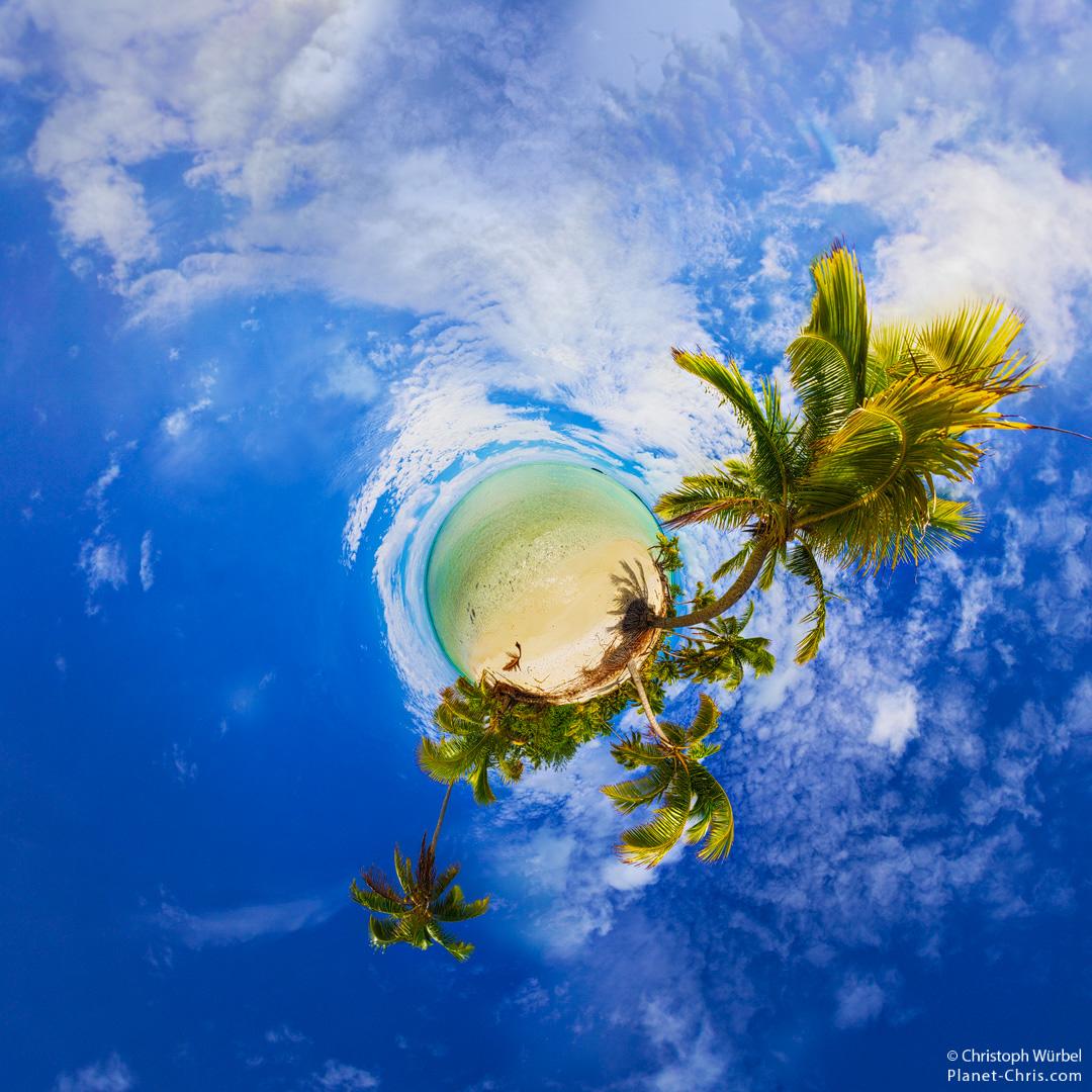 Tropical island in the Aitutaki lagoon, Cook Islands